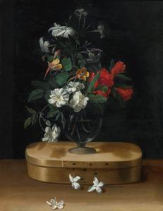 Vaas met bloemen op een spanen doos