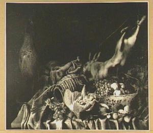 Jachtbuit en vruchten in een porseleinen kom op een tafel