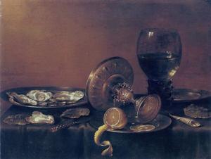 Stilleven met een zilveren bokaal, drinkglas en oesters