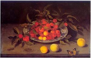 Kersen in een Wan Li-schaal met daarvoor perziken, een abrikoos, een distelvlinder, rups en een sprinkhaan op een stenen plint