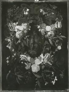 Gebeeldhouwde cartouche versierd met bloemen rondom een voorstelling van de Maagd Maria met het Christus-kind