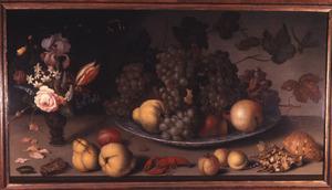 Stilleven met vruchten en bloemen, insekten, schelpen en een rivierkreeft