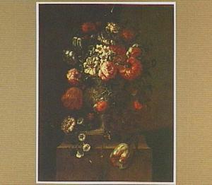 Boeket van bloemen in een tuinvaas op een piedestal