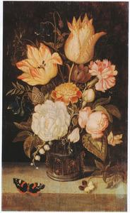 Bloemen in een glazen beker met braamnoppen, viooltje en vlinder, op een stenen plint