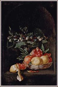 Stilleven van citroenen, granaatappels in een mand en een tazza met pruimen en hazelnoten in een nis