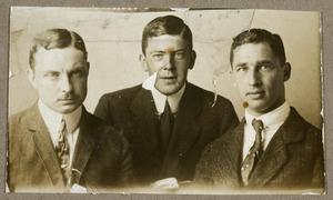 Portret van André Wiltens (?-?), Catharinus Johannes van Dusseldorp (1886-?) en Julius Everhardus du Cellie Muller (1884-?)
