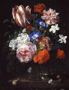 Bloemen in een glazen vaas, met een slak, op een stenen plint