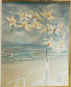Orchidee in fles met strandgezicht op de achtergrond