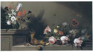 Bloemstilleven in glazen vaas met daarnaast omgevallen vaas en bloemen