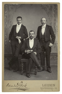 Portret van Jan Alexander Kist (1870-1913), Jan de Goeie (...-...) en een man uit familie Leembrugge
