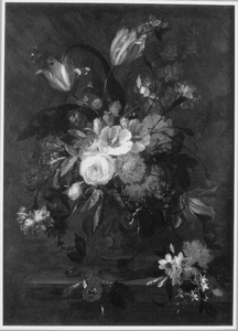 Bloemen in een geornameteerde terracotta vaas