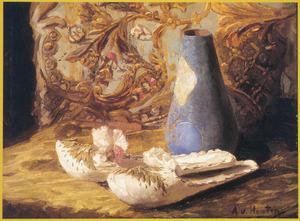 Stilleven met muiltjes en blauwe vaas