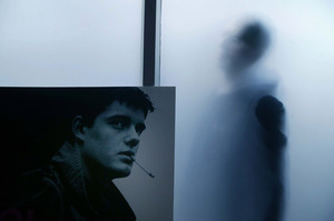 Anton Corbijn achter glas in zijn atelier