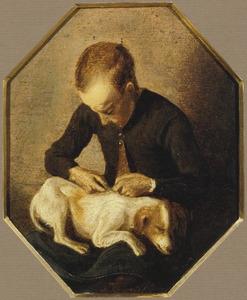 Een jongen die een hond ontluist