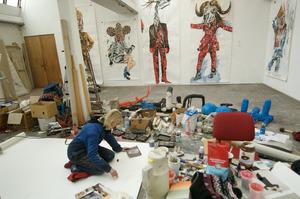 Charlotte Schleiffert werkend in haar atelier