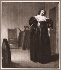Staande jonge vrouw in een interieur