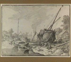 Riviergezicht met boot op een werf