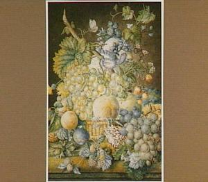 Vruchtenstilleven in mand met enkele bloemen en twee vlinders