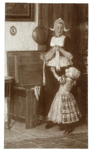 Vrouw en kind in klederdracht in interieur
