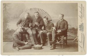 Portret van Willem Meyert Blom (1868-1932), P. Verhagen (?-?), Marc Leonard Deenik (1865-?) en twee onbekende mannen