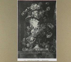Tuinvaas met putti omringd door een slinger van bloemen in een nis