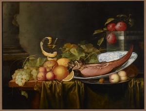 Stilleven met druiven, perziken, citrusvruchten, een ham op een chinees porseleinen schotel en een wijnglas gerangschikt op een tafel