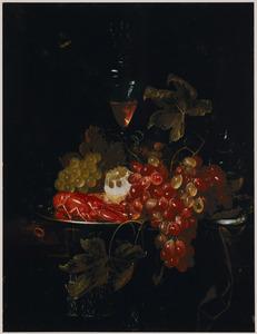 Een kreeft en een deels geschilde citroen op een tinnen bord, druiven, een meloen en een wijnglas op een deels met een kleed bedekte tafel