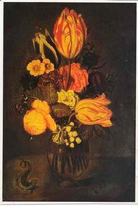 Bloemen in een glazen vaas, met een hagedis, op een stenen plint