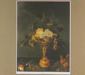 Tazza met druiven, rechts een eekhoorn en links een klein boeketje bloemen