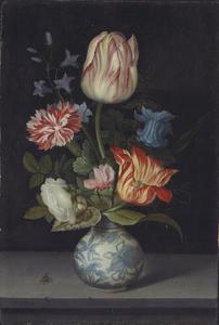 Bloemen in een Wan-li vaas op een stenen plint