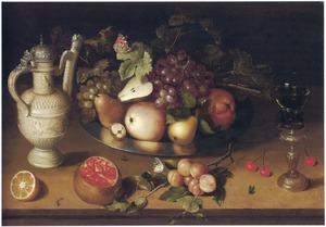 Stilleven met een Sieburg kan, schaal met fruit en een roemer in een bekerschroef