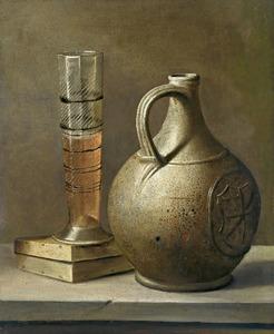 Pasglas en steengoed kruik op een tafel