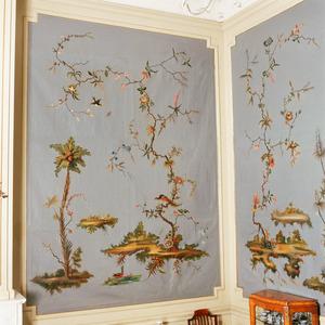 Chinoiserie met tak met bloemetjes, vogels en een palmboom