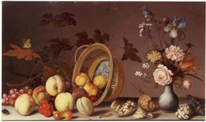Stilleven met omgevallen mand met vruchten en een vaas met bloemen