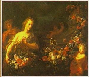 Jonge vrouw met bloemen en drie putti bij een met een bloemenslinger omhangen sokkel