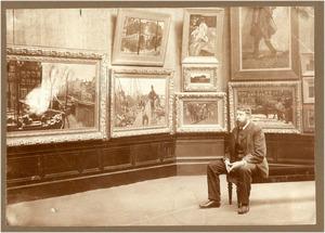 George Hendrik Breitner (1857-1923) zittend in een zaal van Arti et Amicitiae tijdens de grote overzichtstentoonstelling van zijn werk in 1901-1902