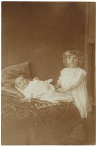 Portret van Maria Eugenie (Maya) Camerling Helmolt (1911-1993) en Jan Daniel Helmolt (1914-1940)