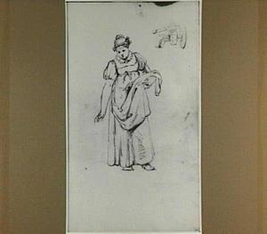 Staande vrouw met schort en muts, en een kraan