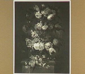 Bloemstilleven met rozen, tulpen en narcissen in een tuinvaas op een piedestal