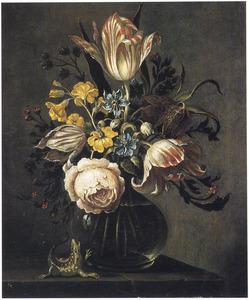 Bloemen in een glazen vaas, daarbij een hagedis