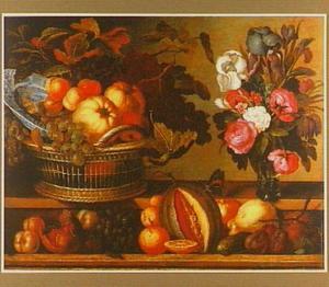 Stilleven van vruchten en een vaas met bloemen