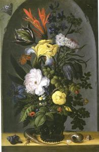 Boeket bloemen in een vaas met zeeschelpen en een hagedis