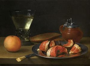 Stilleven met roemer, mosterdpot en stukjes vlees op een bord