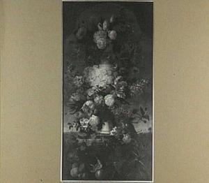 Klassieke vaas met relief van putti omringd door bloemen