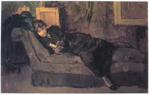 Lezend meisje op sofa