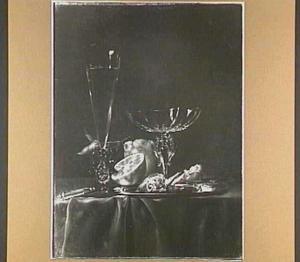 Stilleven met glaswerk, granaatappel, halve citrusvrucht, een bord met visgraten