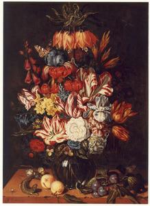 Bloemstuk in glazen vaas op stenen plint met vruchten, schelpen, spin en hagedis