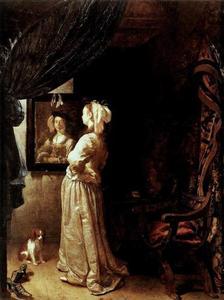 Jonge vrouw staande voor een spiegel