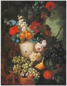 Stilleven met vruchten en bloemen in een vaas voor een boslandschap