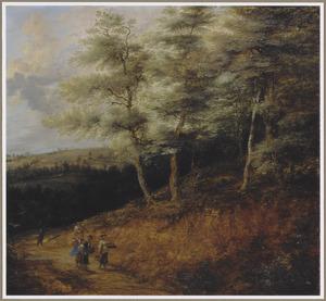 Heuvellandschap met vrouwen op een weg langs een bos